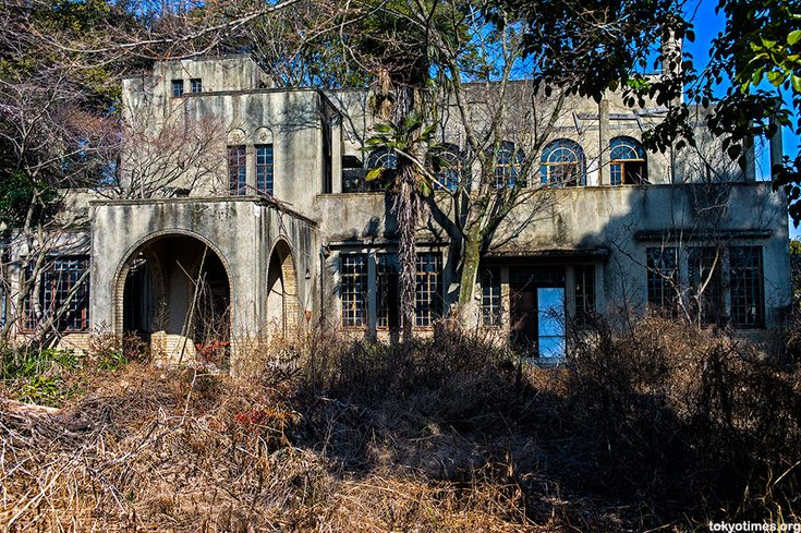 Abandoned Japanese Home Was Once A Grand Mansion, Now Mysteriously Houses Fake Teeth (PHOTOS)