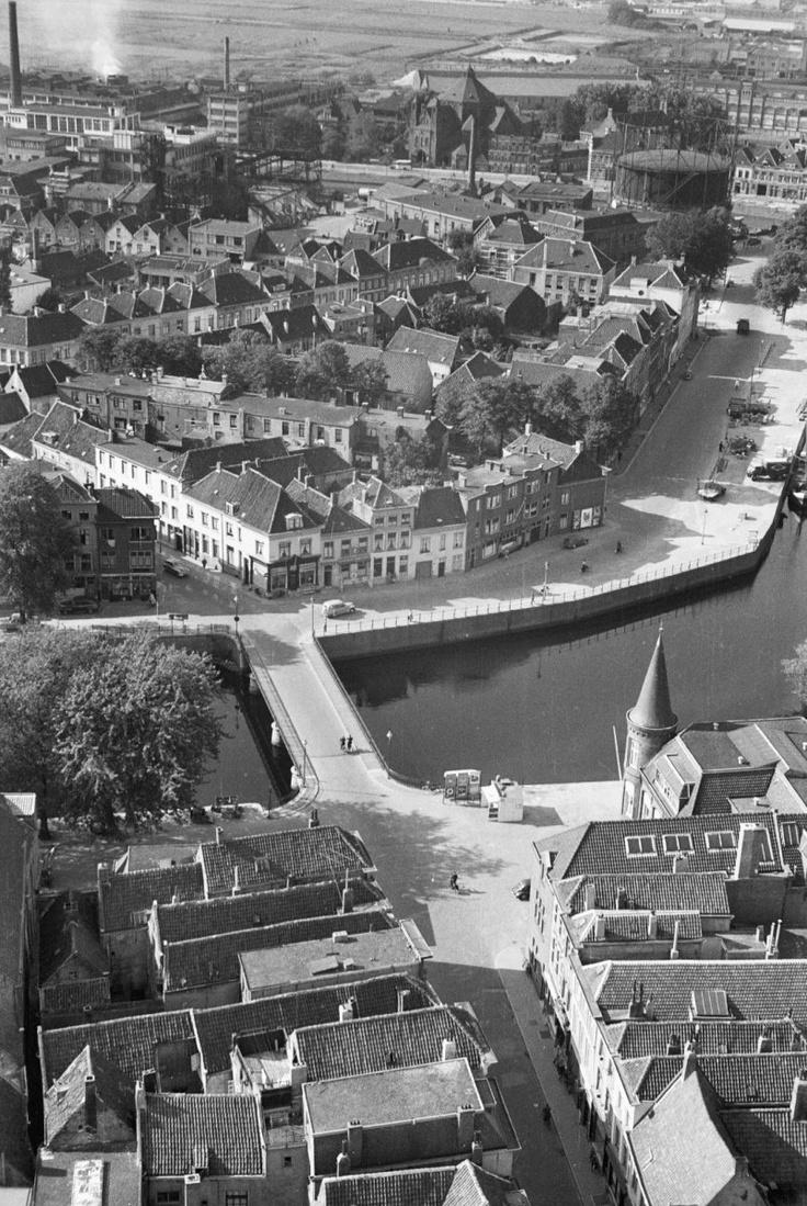 Breda. vanaf Grote Toren, uitmonding Vismarktstr. bij Haven. 1956.