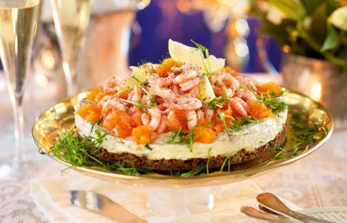 Lyxig cheesecake med lax och räkor passar perfekt på festen. Lax, räkor och rom i en oemotståndligt god festrätt som dessutom är superenkel att laga! Det lyxiga receptet hittar du här!