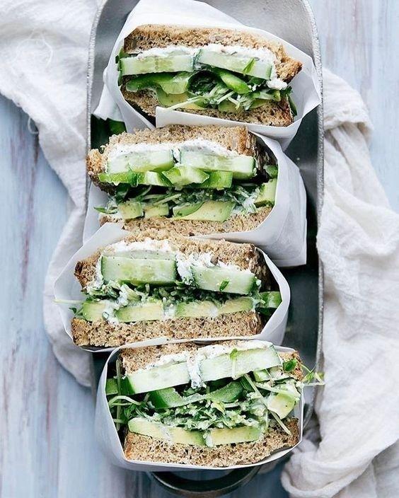 Um sanduíche natural para aqueles momentos não-sei-o-que-comer além de quebrar o galho pode ser um jeito de não desviar da dieta. Mas é fato: manter um cardápio balanceado fica chato se tudo que você se arrisca a fazer na cozinha se resume a um misto quente de queijo branco e peito de peru. A receitinha clássica é:  Ingredientes 2 fatias de pão integral 1 fatia de queijo branco amassado 1 fatia de peito de peru em tiras 2 colheres de sopa de cenoura ralada 2 folhas de alface picadas 1 colher…