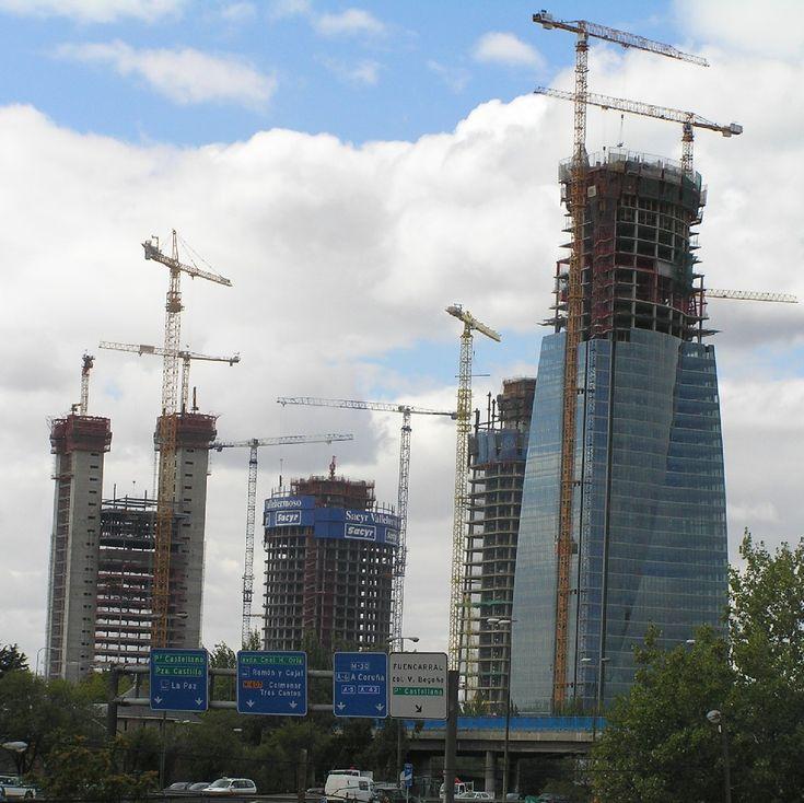 """Construcción complejo """"Madrid Arena"""": Torre Repsol (250 metros), Torre Sacyr-Vallehermoso (236 metros, Torre de Cristal (249, 21 metros) y Torre Espacio (223 metros) - 2006"""