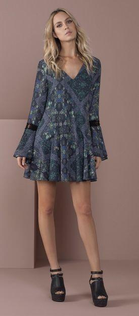 vestido curto decote v manga longa com detalhe em renda e boca de sino sandalia tiras plataforma open boot
