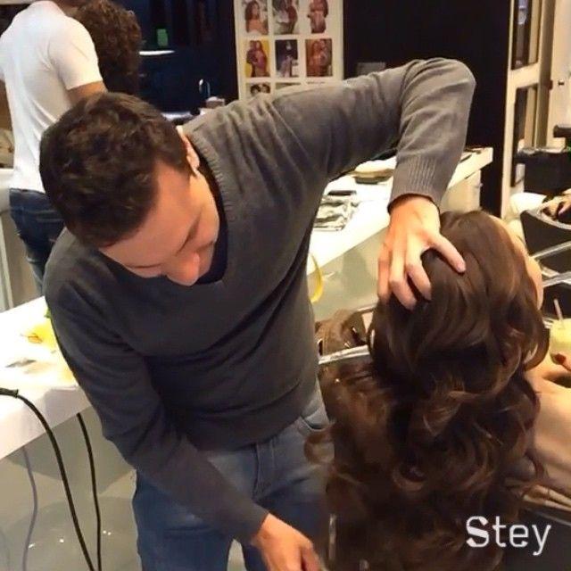 Um pouquinho do passo-a-passo de como é feito o babyliss no meu cabelo pelo @rcintra_! Antes de secar ele preparou o cabelo com musse na raiz e protetor térmico nas pontas! Usou um babyliss médio e depois passou um pente largo pra dar esse efeito de ondas! Eu amoooo!!! ❤️ @rcintra_ #Padgram