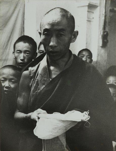 Germaine Krull - Nach dem Zweiten Weltkrieg wurde Asien ihr Lebensmittelpunkt. Sie leitete bis 1966 das Hotel Oriental in Bangkok, in den Siebzigern lebte sie bei Exil-Tibetern in Indien. Diese religiöse tibetische Zeremonie nahm sie aber bereits 1960 auf.