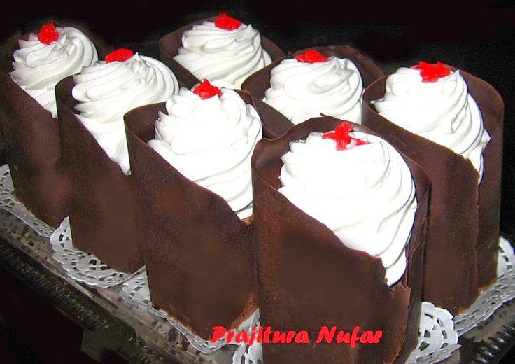 Μια εξαιρετική Ρουμάνικη συνταγή για πάστες σοκολάτας, διακοσμημένες με ένα υπέροχο και πρωτότυπο στυλ, από σοκολάτα και σαντιγί. Η συνταγ...