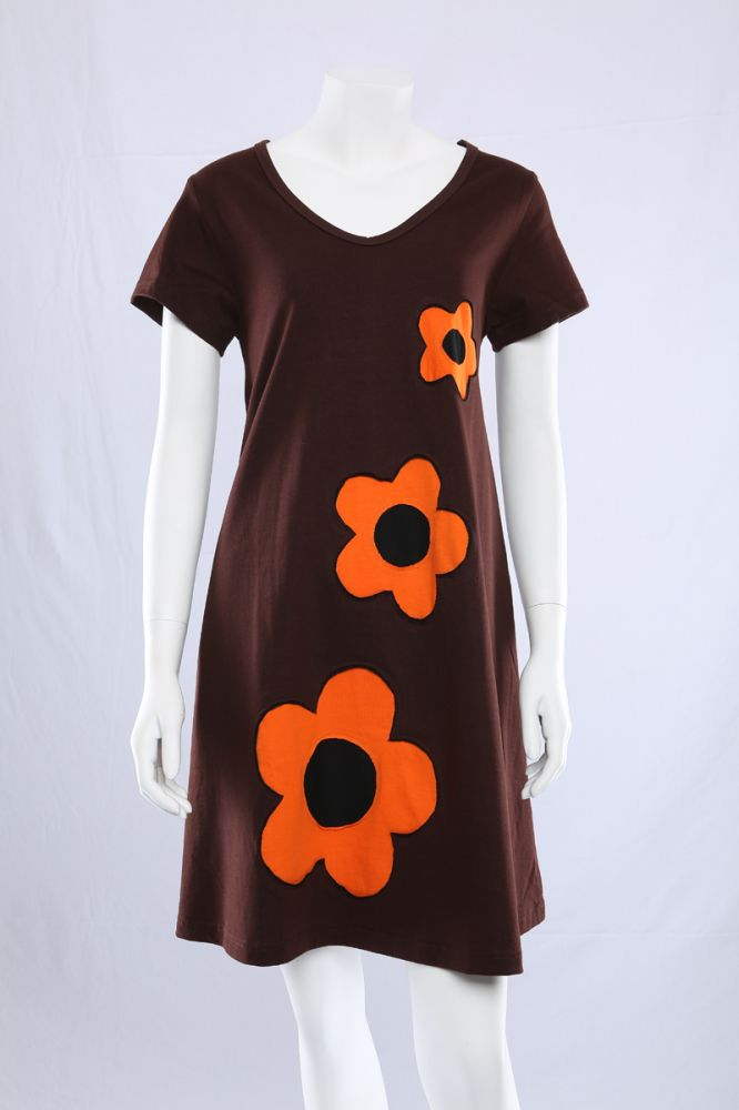 Brun A-kjole med 3 blomster.