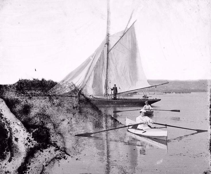 csónakkikötő, a vitorlás mögött a Sziget-strand és a hajókikötő látszik, háttérben a Keszthelyi hegység.