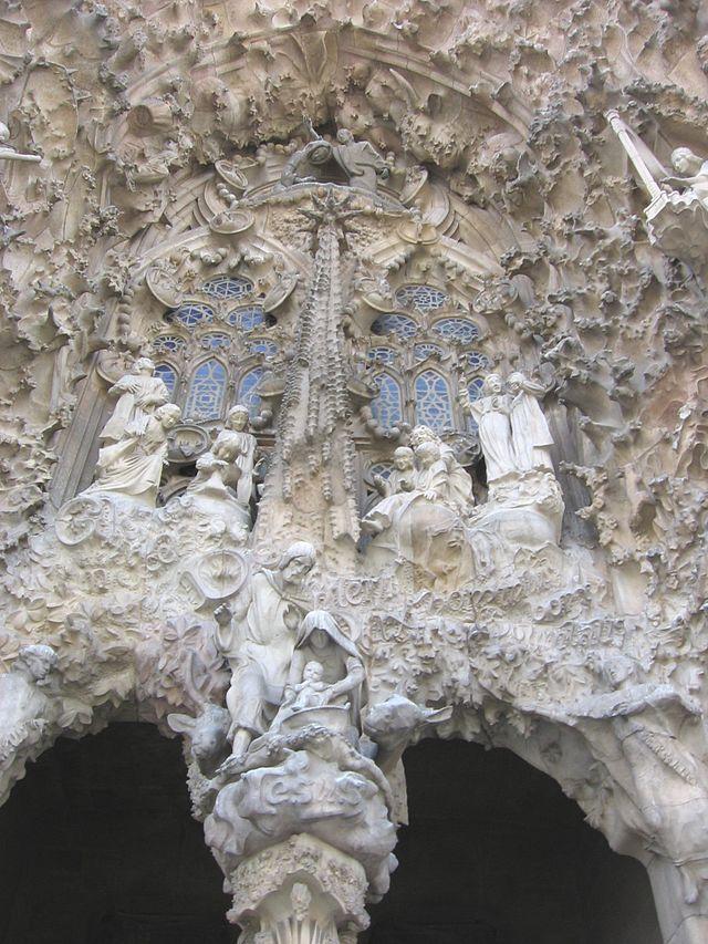 Antoni Gaudì, Sagrada Familia- Portico della Carità, 1882-in costruzione, materiali vari, Barcellona, Spagna.