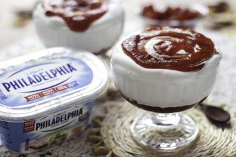 Mousse Romeu e Julieta 200 ml de creme de leite fresco 450 g de Cream Cheese Philadelphia 200 g de leite condensado 1/2 colher (sopa) de essência de baunilha 300 g de goiabada cremosa Raspas de 1/2 limão