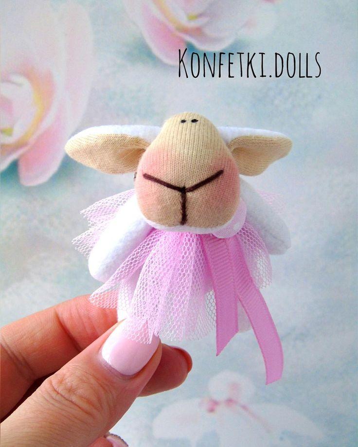 """259 Me gusta, 7 comentarios - ТЕКСТИЛЬНЫЕ КУКЛЫ (@konfetki.dolls) en Instagram: """"Всем привет! Хочу показать вам брошку-овечку. Она была сделана для одной маленькой девочки на день…"""""""