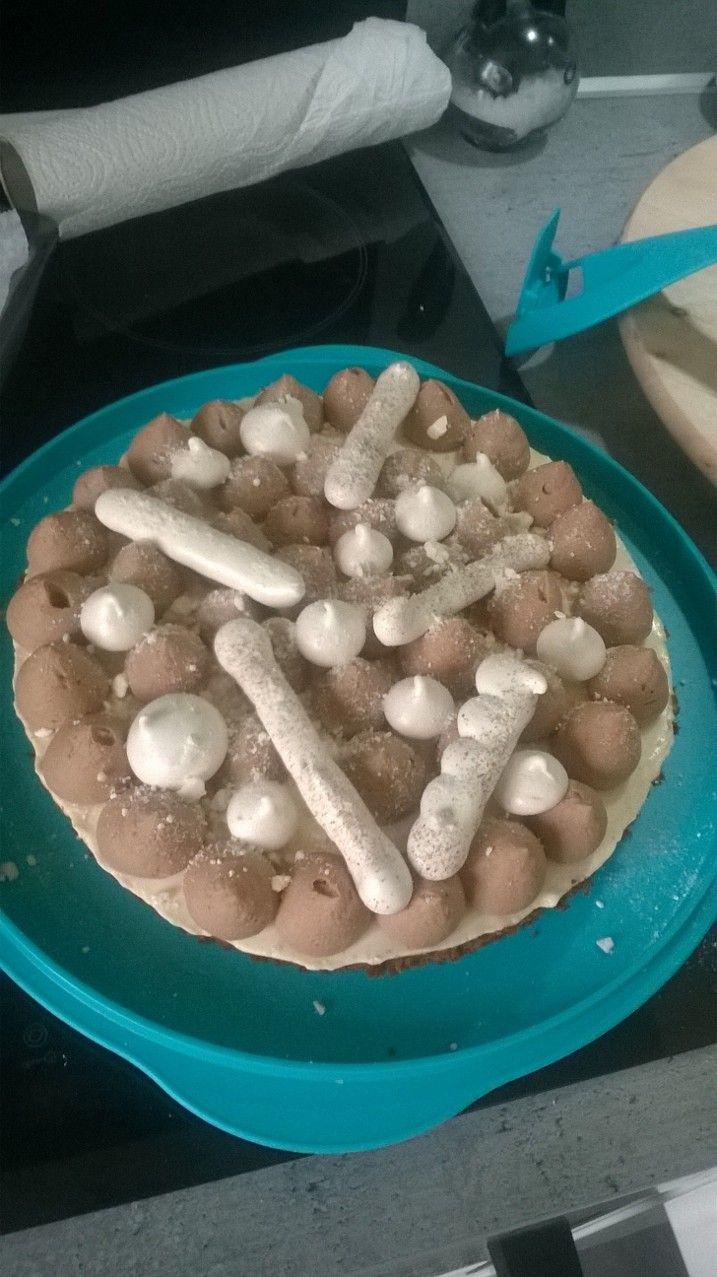 Charlotte revisitée: génoise ovomaltine, bavarois vanille, ganache montée chocolat au lait caramel et meringues