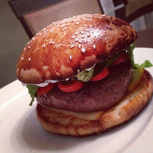 Monster burger, viande hachée maison à 54 degrés, pain brioché maison