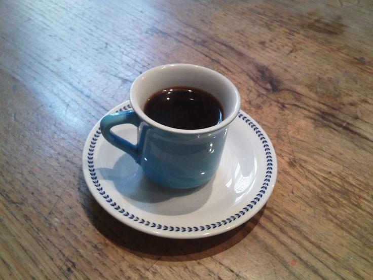 Un tavolo di legno dove a ogni nervatura corrisponde un racconto di vita. Un caffè all'anice, mentre si parla del Cavaliere Azzurro.