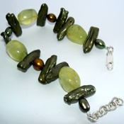 Hand made bracelet from Pearl with Malachite Stone.