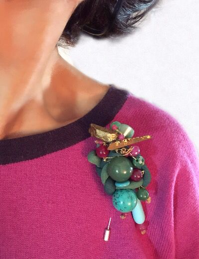 """""""Natalia"""", es un nuevo trabajo para mí Serie de broches con nombre de mujer. Son dos las líneas de diseño en mi gama de broches; en una simplemente intento crear piezas femeninas y favorecedoras, pero sin dejar de ser fiel a mi estilo. En la otra, mi interés está más en la plasticidad: mezclas de materiales de diversa naturaleza, texturas, formas… """"Natalia"""" es un mix entre ambas.  Elegante, intemporal, original, ponible y muy favorecedor. Espero que os guste. La Navidad está aquí, toca…"""