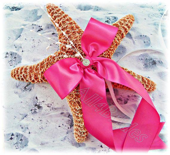 Si vous avez un mariage de plage, aient vos bagues vous est livré de façon tout à fait unique. Ce véritable sucre Starfish est sûr d'attirer l'attention de vos invités. Grande étoile de mer et dans la couleur naturelle de corail, agrémenté de rubans de satin et perle sprays. Après la cérémonie, vous pouvez l'afficher dans votre maison ou bureau dans le cadre de votre décor Si vous préférez une autre couleur de ruban Utilisez cette liste pour placer une commande sur mesure http://et...
