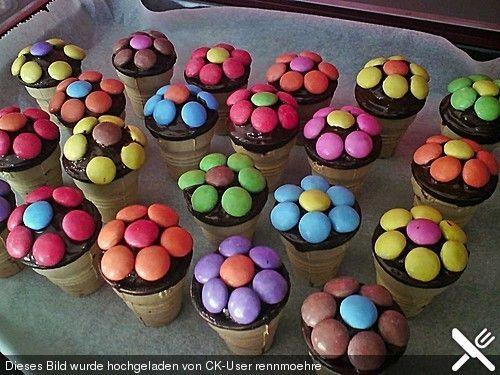 Kleine Blumen-Kuchen im Waffelbecher