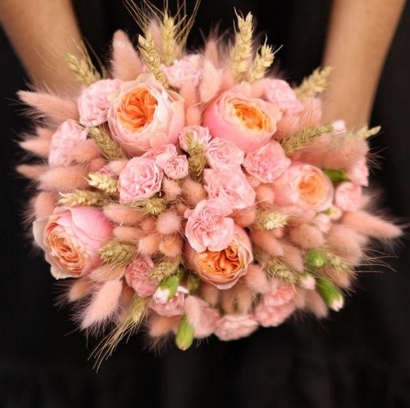 Букет с пионовидными розами, гвоздиками, лагурусом и колосьями