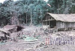 Dakbedekking maken in bivak Kloofkamp, 1959