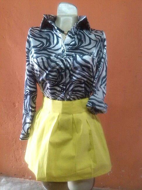 Conjunto de camisa manga larga elaborada en satin estampado y falda con pliiegue en popelina
