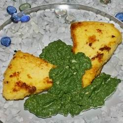 Sajtos polenta spenótszósszal