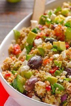 quinoa, tomate, pepino persa, pimiento rojo, aguacate, cebolla morada, perejil o cilantro, aceitunas, comino, limon, pimienta, ajo y queso feta,