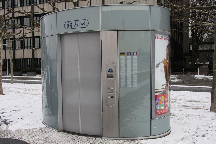 А это уличный туалет. С инструкцией на трех языках. После каждого посещения он автоматически очищается. Самое чистое место в Германии.