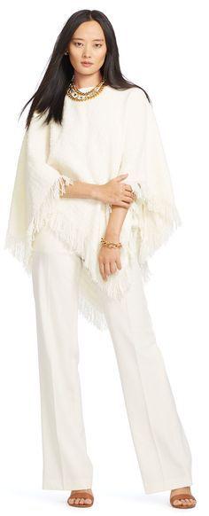 Ce poncho en laine bouclée et texturée crème, signé Lauren Ralph Lauren, est bordé de franges pour accentuer son romantisme rustique. Mettez en valeur son encolure bateau très féminine avec un magnifique collier.