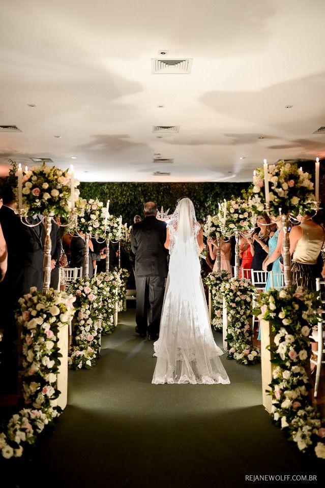 de casamento em tons de branco e rosa e muita folhagem verde