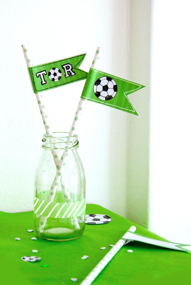 FREE PRINTABLE for your SOCCER PARTY // Fußball-Fähnchen für deine Kinder-Kicker-Party selber machen - DIY mit Free Printable // FAMILICIOUS.DE