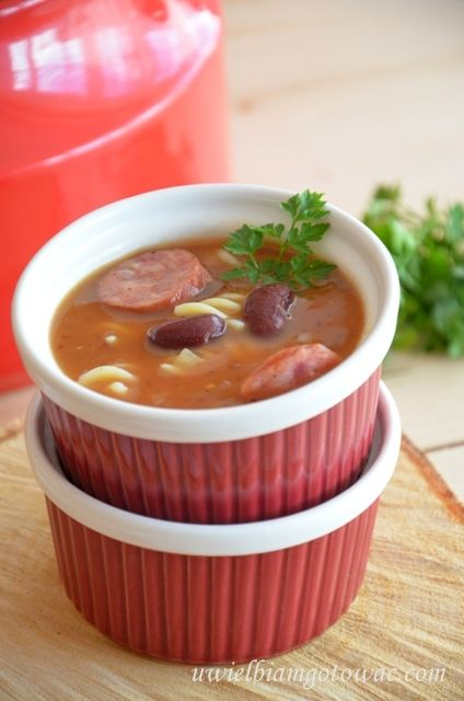 Pikantna zupa fasolowa z kiełbasą i makaronem