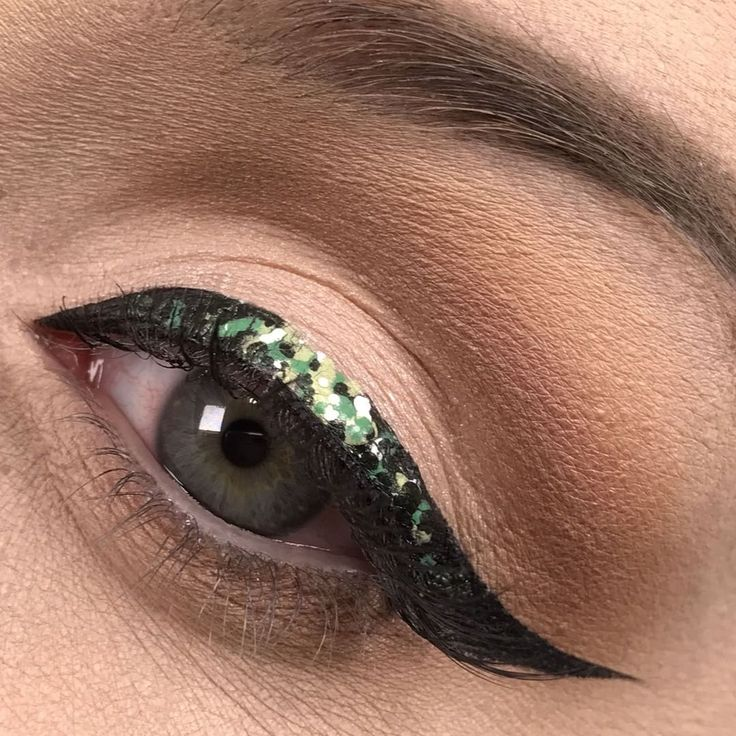 Tired of basic black #eyeliner ? Swap up your go-to shade by adding green and white dots using #aquarelle White 302, Pine green 305, Green apple 306. Liner brush #252 works great to achieve the perfect line.    #makeupforever #makeupgoal #motd #lotd