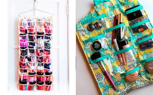 12 ideias fofas para organizar a maquiagem  Os organizadores de sapatos também podem ser ótimos na hora de armazenar os makes. Além de espaçosos, rola pendurá-los no armário. Vai ficar muito mais fácil de ver todas as opções de produtos.