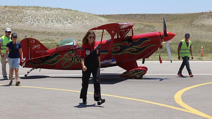 """Sivrihisar Uluslararası Sportif Havacılık Merkezi'nin düzenlediği etkinliğe katılan 25 pilottan ülkenin ilk kadın sivil akrobası pilotu Semin Öztürk'ün gösterisi izleyenlerden alkış aldı. Eskişehir'inSivrihisarilçesindeUluslararası Sportif Havacılık Merkezi tarafından""""Sivrihisar Hava Gösterileri 2017"""" etkinliği düzenlendi.   #akrobasi #kadın #pilot #Semin Öztürk #Sivrihisar #Uluslararası Sportif Havacılık Merkezi"""