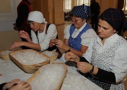 Márton-napi mulatság a Magyar Mezőgazdasági Múzeumban. Tollfosztás.