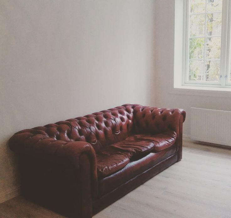 Vintage Chesterfield sofa kjøpt på Fransk Bazar på Grünerløkka i sommer. Ekte skinn og dunputer, produsert i England, myk og god å sitte i. Sofaen er svært gammel og fremstår som noe slitt på nært hold, men det kan enkelt dekkes til med pute eller pledd. Selges på grunn av flytting. Åpne for bud. Sofaen må hentes på Fagerborg.