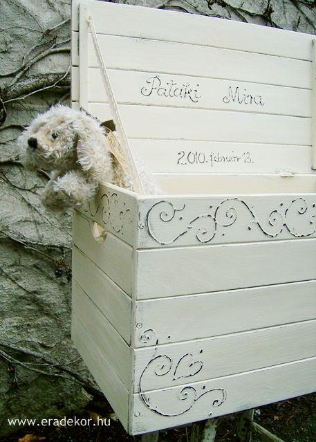 Provence-i stílusú, antikolt fehér névre szóló játéktároló láda. Fotó azonosító: JATNORFEH04