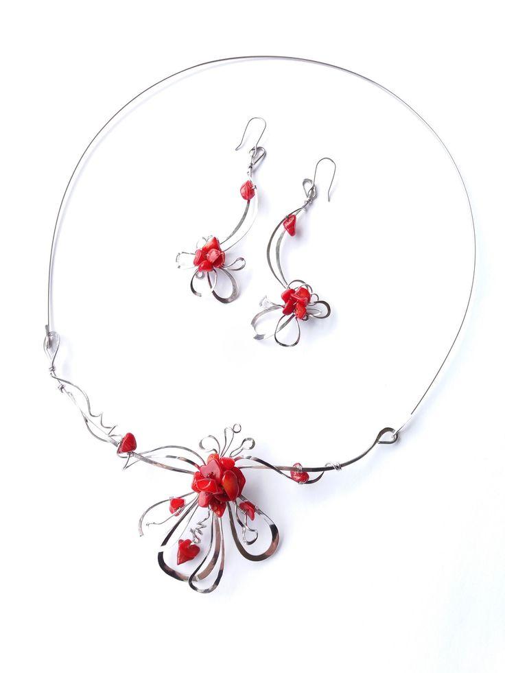 """Náhrdelník+HRD41+""""S+vášní+pro+rudý+korál""""+Autorský+šperk.+Originál,+který+existuje+pouze+vjednom+jediném+exempláři+z+romantické+edice+variací+na+květy.Vyniká+svou+lehkostí,+kouzelným+prostorovým+tvarem,+romantickým+výrazem+a+nádhernou+barevností+korálových+zlomků.Prostorové+řešení+šperku+vždy+poutá+pozornost,+neomrzí+se+díky+své+proměnlivosti+v+pohybu+a..."""