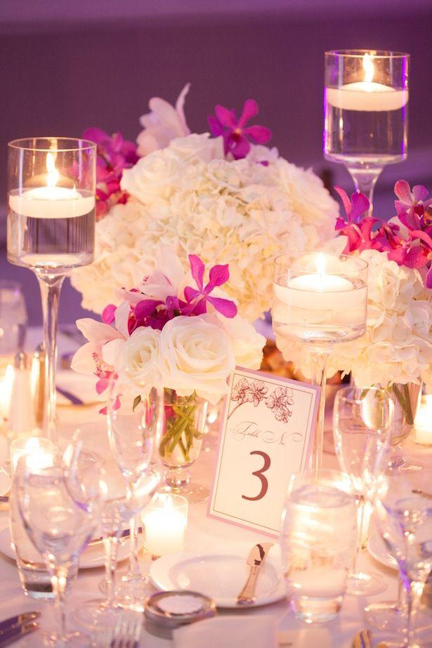 Iluminação de casamento roxa com velas
