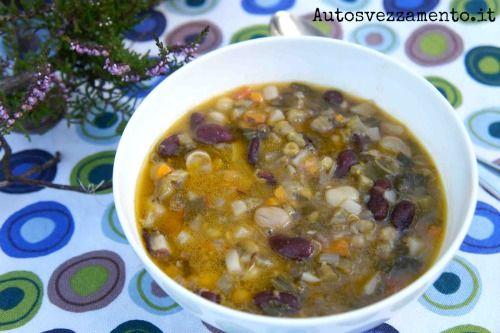 Minestrone di verdure e legumi nel piatto