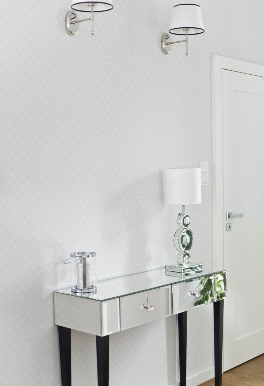 Modern classic house. White and gray are timeless colors. In the lobby, the glossy mirror console and the base of the lamp illuminate the wall. #lobby #modern #classic #glamour #white #grey #mirror #design #interior #decor #inspirations Dom w stylu modern classic. Biel i szarość to ponadczasowe zestawienie kolorów. W holu błyszczący, lustrzany blat konsoli i podstawy lampy rozświetlają ścianę. #hol #biały #szary #glamour #lustro #design #wnętrza #inspiracje #dom
