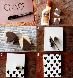 Cuaderno con sellos, encuentra más diseños para decorar tus cuadernos aquí..http://www.1001consejos.com/ideas-para-decorar-cuadernos/