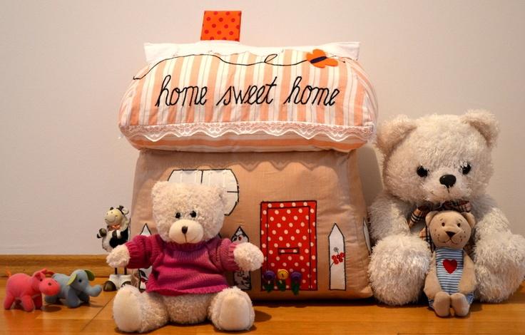 Perna in forma de casuta, cadouri de Craciun, Home Sweet Home Pillow (180 LEI la DecoChic.breslo.ro)