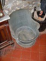 El baño de cadera proporcionaba todos los beneficios del baño de inmersión y permitía una higiene completa. El bidet por su parte, era indispensable para la higiene femenina, íntimamente ligada con os ciclos reproductivos. Hombres y mujeres solían bañarse de cuerpo entero una vez a la semana Las bañeras y los bidet portátiles se podían trasladar a la estancia donde quisieran usarse.