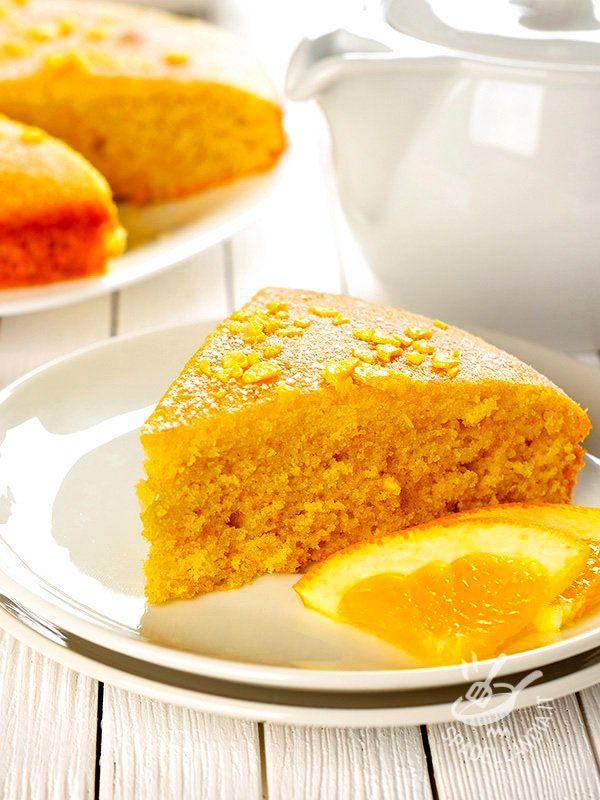 La Torta all'arancia e curcuma è un dolce buonissimo e ricco di vitamina C, ideale da gustare a colazione, a merenda e anche ottimo come fine pasto.