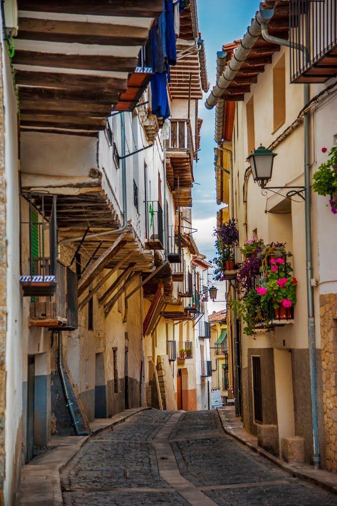 Narrow streets of Morella, Comunidad Valenciana / Spain (by Misoad ElSoRi).
