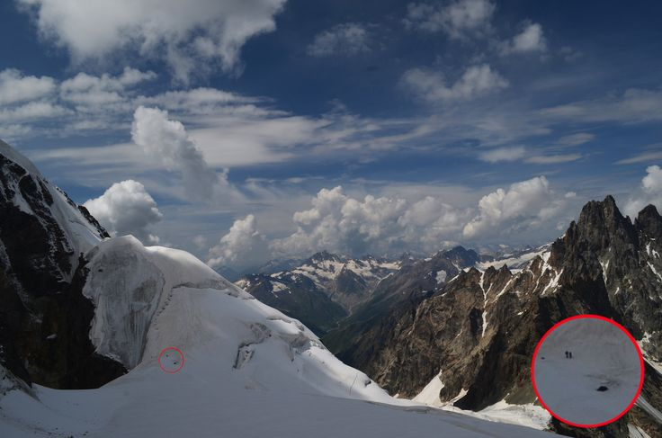 Фото хотя бы отдалённо даёт понимание о масштабе гор. При увеличении двух соринок на экране видно нашу палатку и соседей-альпинистов, пришедших с нижнего лагеря на точку мобильной связи возле нас. Снимок сделан по пути на вершину Чатына.   С уважением к приключениям, команда hikeup.net