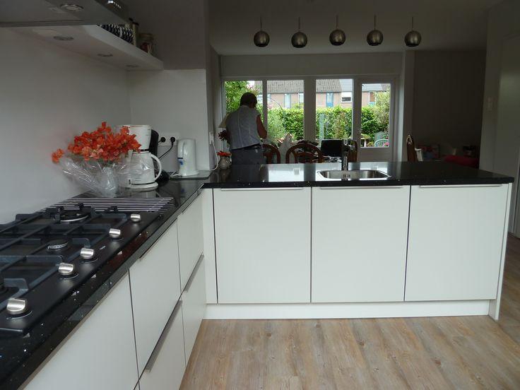 Strakke witte keuken met een blad van graniet mooie warme combinatie met houtvloer projecten - Deco witte keuken ...