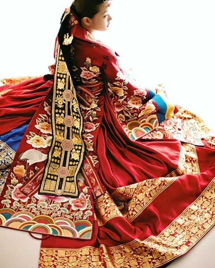 I don't know about you, but this hanbok just took my breath away! Such colorful traditional Korean dresses were worn by the royals and for special occasions #fashion #Hanbok #colorful #royal #beautiful #wow #culture #pattern #art #gold (Photo: via Tumblr)