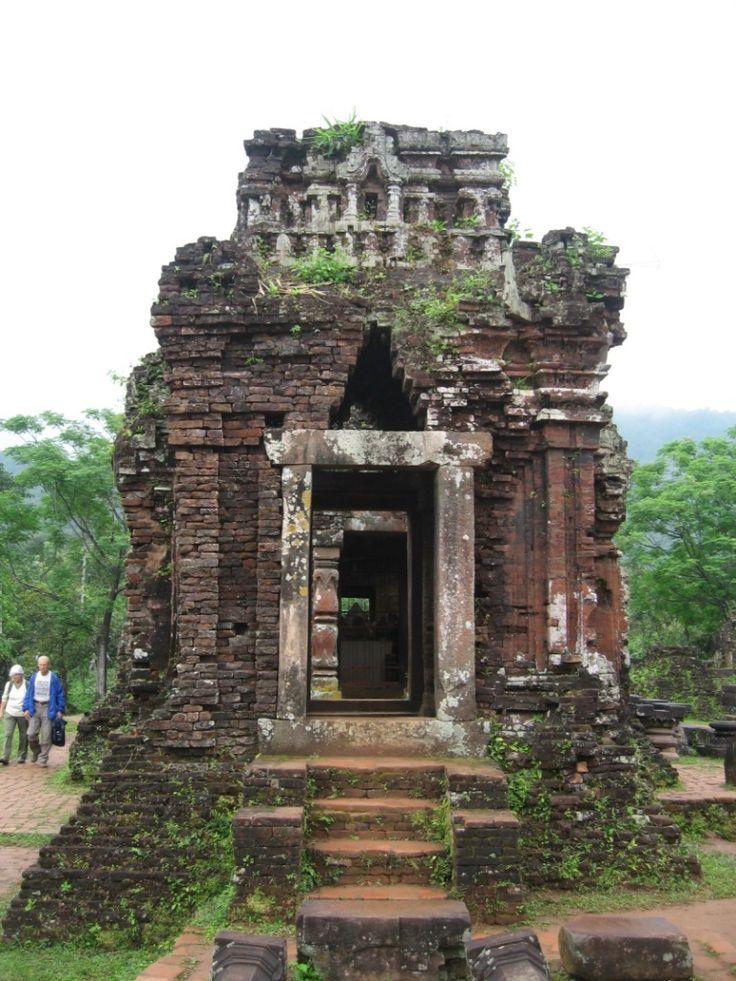ミーソン遺跡は雄大な自然に囲まれた自然美しいところにある。ベトナム 旅行・観光の見所を紹介!